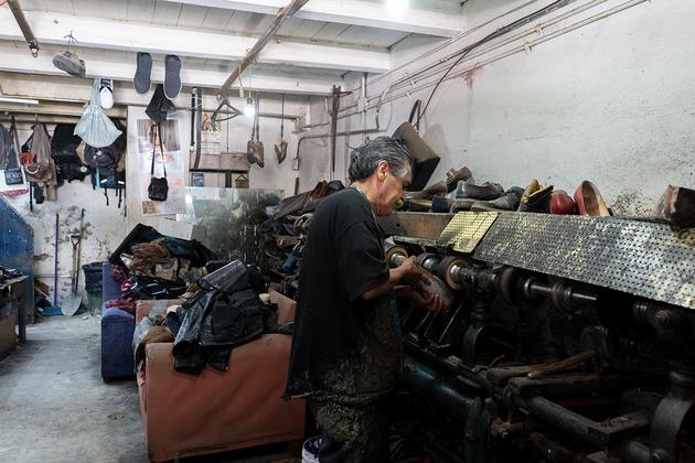 Javier Tobón arregla zapatos desde los cinco años. Foto: María Fernanda Ruiz/Pie de Página