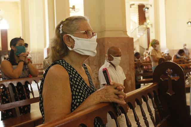 Feligreses católicos asisten a una misa dominical durante la primera fase de recuperación poscovid-19, en la parroquia de la iglesia de Paula, en el  municipio Diez de Octubre, en la capital de Cuba. Foto: Jorge Luis Baños/IPS