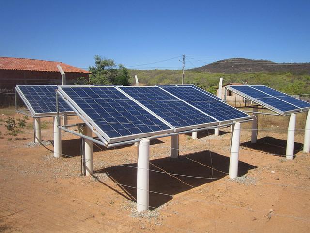 Paneles solares generan electricidad para el bombeo de agua a una cisterna en el cerro vecino y el suministro por gravedad a 120 familias de un barrio en Aparecida, ciudad del semiárido del estado de Paraíba, en el noreste de Brasil. Foto: Mario Osava/IPS