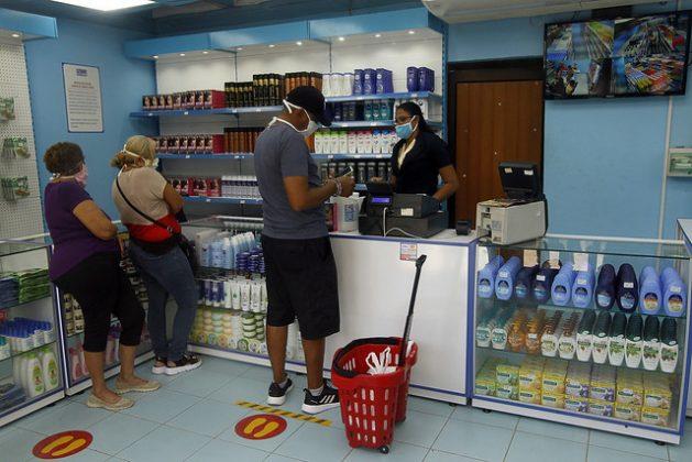 Clientes dentro de uno de los nuevos locales comerciales habilitados para la venta de alimentos y artículos de aseo de gama media y alta en moneda libremente convertible, en Playa, uno de los 15 municipios de La Habana, en Cuba. Foto: Jorge Luis Baños/IPS