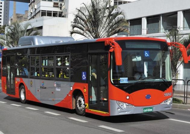 Autobús fabricado por BYD, grupo chino fundado en 1995 y que pronto se convirtió en una potencia en la producción de baterías recargables, buses y automóviles eléctricos y paneles fotovoltaicos. En Brasil, se instaló en la ciudad de Campinas, a 100 kilómetros de São Paulo. Su producción está enfocada en energía y transporte limpio. Foto: Cortesía de BYD Brasil