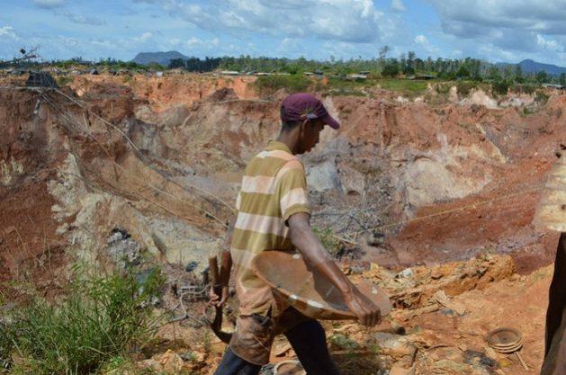 """En Venezuela, la búsqueda de oro en el Arco Minero del Orinoco, una actividad severamente cuestionada por la degradación ambiental que provoca, está bajo control de """"sindicatos"""" criminales que extorsionan a los mineros, en ocasiones con la complicidad de las fuerzas militares. Foto: Bram Ebus/Infoamazonia"""