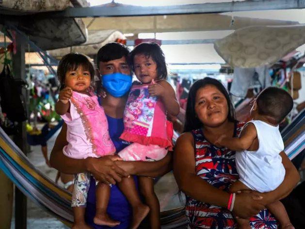 La familia Mata, de indígenas warao de Venezuela, en el albergue Pintolandia en Boa Vista, norte de Brasil. Dialisa, madre de tres niños, enfermó de covid-19 y se recuperó recientemente. Foto: Allana Ferreira/Acnur