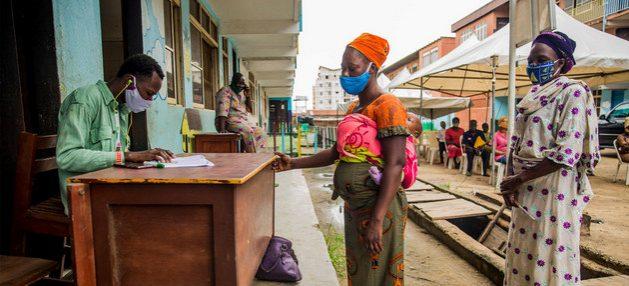 Mujeres reciben cupones para adquirir alimentos en Nigeria. Las agencias de la ONU que tratan el tema de alimentación en el mundo temen estallidos de hambruna en medio de la crisis sanitaria desatada por la covid-19. Foto: Damilola Onafuwa/PMA