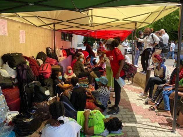 Trabajadoras domésticas y migrantes de Etiopia, en las afueras de su embajada en la capital de Líbano, tras ser abandonadas por sus empleadores. Foto: Cortesía de This is Lebanon