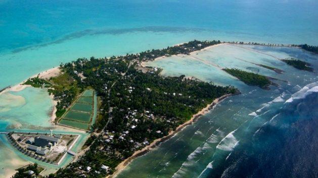 Las ciudades que crecen en las pequeñas naciones del Pacífico, junto a las turísticas playas, se llenan de asentamientos informales que requieren de financiamiento y cooperación internacional para dotarse de agua potable y redes de saneamiento. Foto: BM