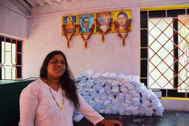 Jayashree Parwar y sus socias fabrican toallas sanitarias libres de plástico y biodegradables en un pequeño pueblo de Goa, un estado de la costa occidental de India. Desde allí la han vendido por Amazon a clientes desparramados por ciudades como Nueva Delhi, Mumbai o Bangalore, gracias a las positivas referencias sobre su producto. Foto: Stella Paul / IPS