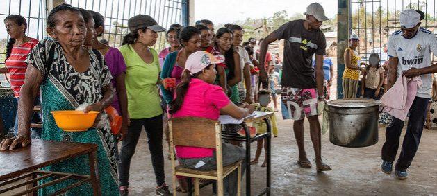 Venezolanos acuden a una olla común para obtener una ración de comida en una localidad del interior del país. La pobreza avanzó en Venezuela en los últimos cinco años y cuatro de cada cinco hogares no tienen ingresos suficientes para adquirir todos los alimentos que necesitan. Foto: Ingeborg Karstad/NRC