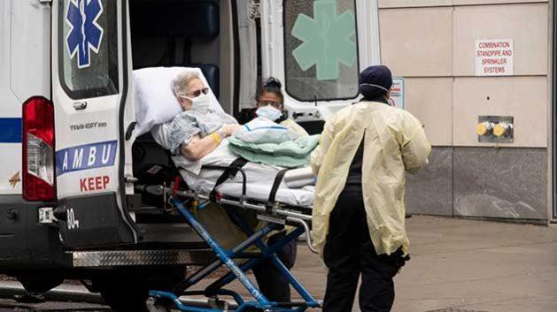 Una adulta mayor aquejada de covid-19 es trasladada en ambulancia. Foto: ONU