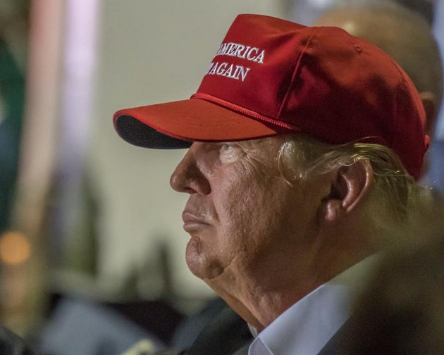 Donald Trump, con una gorra con el lema Make America Great Again (hagamos a Estados Unidos grande otra vez), en la campaña de 2016. Foto: Windover Way Photography/Shutterstock