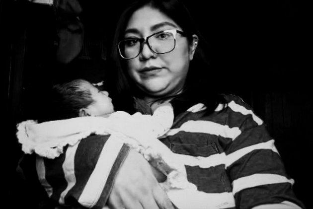 Montse Reyes y su bebé durante una videollamada. Foto: Fernanda Ruiz/openDemocracy