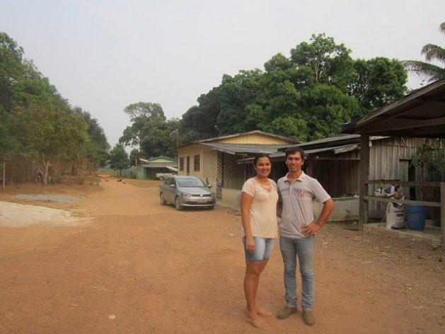 """Un joven matrimonio en su pequeña finca familiar de cultivos sostenibles, en la entrada sur de la Amazonia brasileña. La agricultura familiar es un """"sector fundamental"""" para América Latina y el Caribe, con aproximadamente 16,5 millones de explotaciones agrícolas de este tipo en la región. Foto: Mario Osava/IPS"""