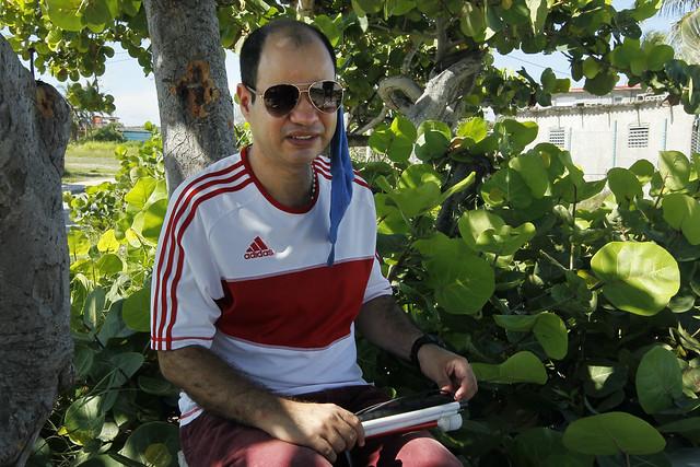 Geudis Vega, asesor jurídico de la no gubernamental Asociación Nacional del Ciego, que reúne a personas con discapacidad visual en Cuba, durante su entrevista con IPS cerca de la playa de Guanabo, en el municipio de Habana del Este, uno de los que conforman La Habana. Foto: Jorge Luis Baños/IPS