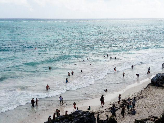 El Tren Maya, el megaproyecto insignia del presidente izquierdista Andrés Manuel López Obrador en México, busca promover el desarrollo socioeconómico del sur y el sureste del país, con la meta de transportar 50 000 pasajeros diarios desde 2023 y énfasis en el turismo. El temor es que la masificación turística dañe preservadas zonas costeras, como la playa de Tulum, en el estado de Quintana Roo, en la Península de Yucatán. Foto: Emilio Godoy /IPS