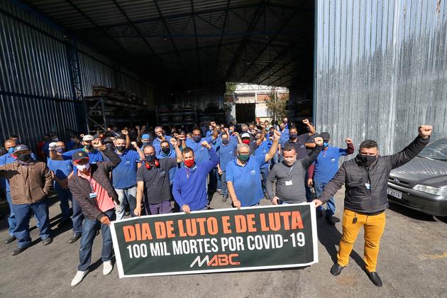Día de Luto y de Lucha, reza la pancarta de obreros metalúrgicos de Diadema, en la región metropolitana de São Paulo, contra las más de 100 000 muertes por la covid en Brasil. De buena parte de esos decesos se responsabiliza al presidente Jair Bolsonaro por los fallos de la gestión de la pandemia, cuya gravedad ha negado. Foto: Adonis Guerra/Fotos Públicas