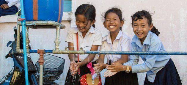 Niñas lavan sus manos en una escuela de Camboya. Agua, jabón y saneamiento básico no existían en las escuelas de 818 millones de niños en todo el mundo en 2019, y esos servicios son indispensables para reabrir las aulas en la superación de la actual pandemia. Foto: Bona Khoy/Unicef