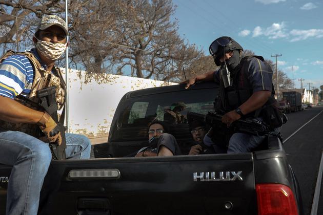Manifestantes son detenidos en las inmediaciones de la Fiscalía General del Estado en la ciudad de Guadalajara, Jalisco, durante una protesta en contra del abuso policial el 5 de junio de 2020. Foto: Félix Márquez/Pie de Página