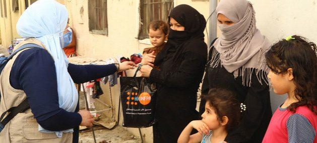 Personal humanitario de la ONU entrega ayuda a familias de Beirut afectadas por la explosión en ese puerto el 4 de agosto y que causó 200 muertos, miles de heridos y decenas de miles de damnificados. Foto: UNFPA