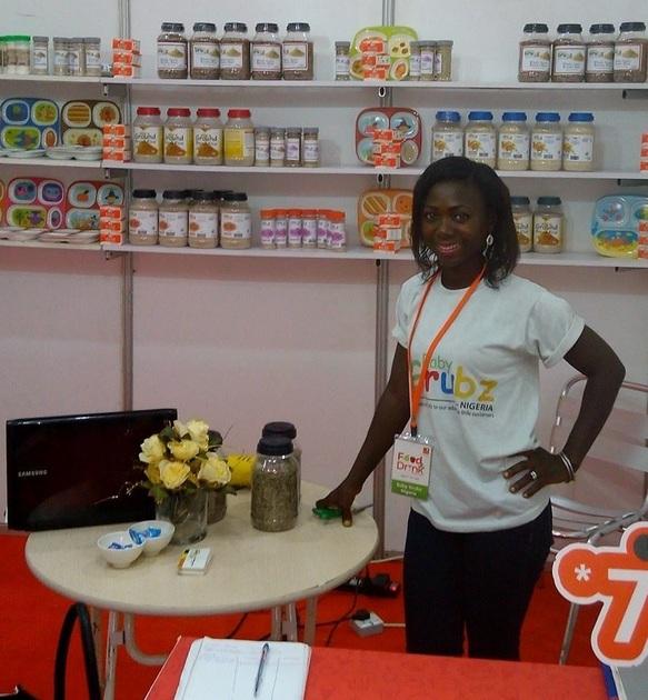 La nigeriana Oluwaseun Sangoleye, rodeada de algunos productos alimenticios para bebes creados por su empresa, Baby Grubz. Ella ganó este año el premio SUN Pitch Competition, como la más innovadora solución para mejorar la nutrición. Foto: MSME Africa
