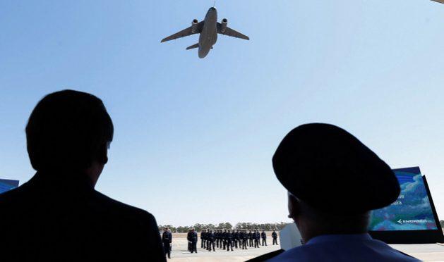 La silueta del presidente Jair Bolsonaro, en una de los innumerables actos militares a los que asiste y donde es honrado. En la imagen, durante su participación en el recibimiento de la aeronave KC-390 por la Fuerza Áerea de Brasil. FotoAlan Santos/PR-Fotos Públicas