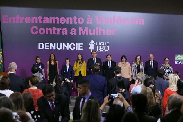 La Ministra de la Mujer, la Familia y los Derechos Humanos, Damares Alves (4ta D), junto con el presidente Jair Bolsonaro (C), en un acto contra la violencia hacia las mujeres. Pero en relación a las niñas embarazadas por violación sexual, la ministra y el gobierno permanecen callados y alientan a activistas ultraconservadores a presionar para que no se cumpla la ley que garantiza la interrupción del embarazo infantil. Foto: Valter Campanato/Agência Brasil