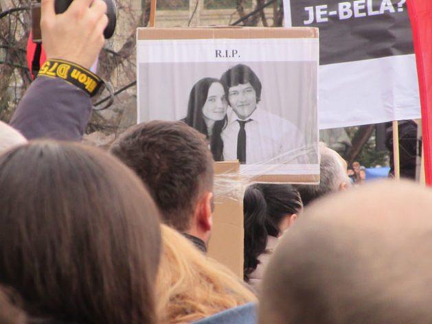 """La absolución de un poderoso y controvertido empresario como autor intelectual del asesinato del periodista Ján Kuciak envía un """"mensaje escalofriante"""" a los periodistas de Eslovaquia sobre su desprotección. En esta foto, una de las manifestaciones en Bratislava tras el asesinato del periodista de investigación y su prometida, Martina Kušnírová, que llegaron a tumbar al gobierno del país. Foto: Ed Holt / IPS"""