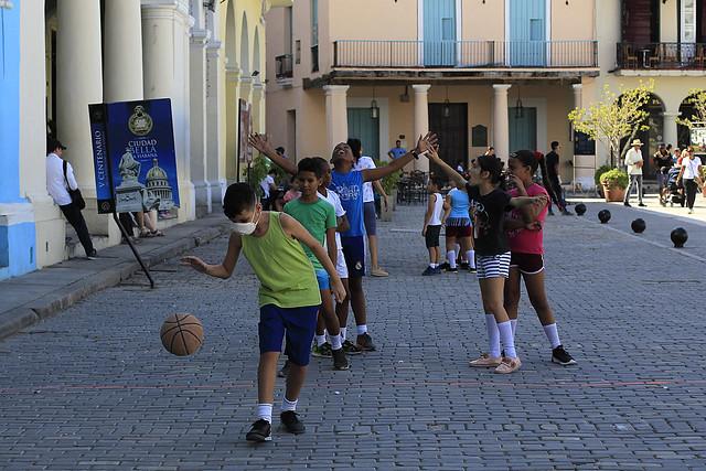 Estudiantes de enseñanza primaria practican deporte durante una sesión de educación física en una céntrica plaza del casco histórico de La Habana Vieja. El programa de atención a las dinámicas demográficas busca elevar la población infantil en Cuba. Foto: Jorge Luis Baños/IPS