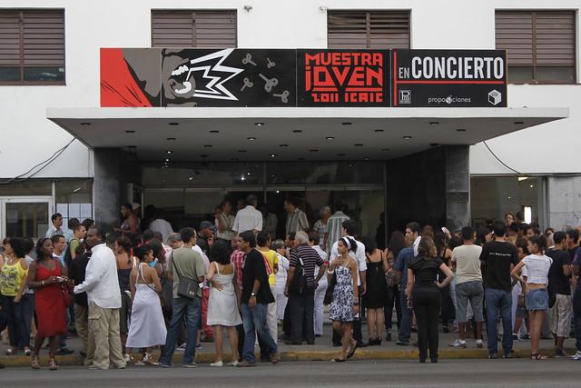 Un grupo de cinéfilos espera para ingresar a la sala de cine Charles Chaplin, del Instituto Cubano del Arte e Industria Cinematográfico (Icaic), durante una edición en años anteriores de la Muestra de Joven de Cine. La pandemia de covid-19 ha impedido este año la celebración de muchos festivales locales e internacionales que acogen La Habana y otras ciudades de Cuba. Foto: Jorge Luis Baños /IPS