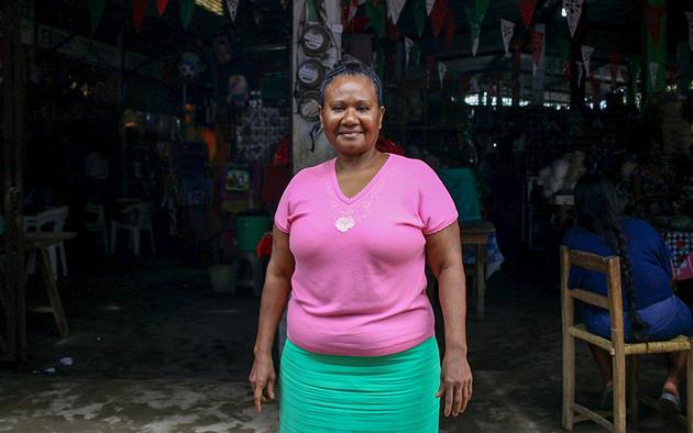 Cirenia Cisneros, en la entrada del mercado de Cuajinicuilapa. Foto: Franyeli García/Amapola