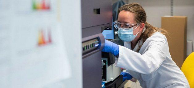 Una científica de la británica Universidad de Oxford trabaja en el desarrollo de una vacuna contra el coronavirus. La ONU solicita con urgencia 15 000 millones de dólares para que avance su proyecto de tecnologías para diagnóstico, tratamiento y vacunación frente a la covid-19. Foto: John Cairns/U. de Oxford