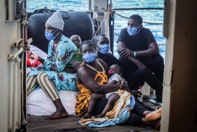 Europa cierra cada vez más sus puertas a los migrantes que huyen del hambre, guerras civiles y otras calamidades en África y son rescatados por organizaciones humanitarias cuando fracasan al tratar de cruzar el Mediterráneo en frágiles botes de goma. Foto: Hannah Wallace Bowman/MSF