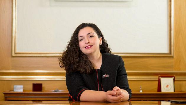 Vjosa Osmani es doctora en Ciencias Jurídicas, exprofesora y madre de dos hijas. Foto: Oficina de la Presidencia de la Asamblea de Kosovo