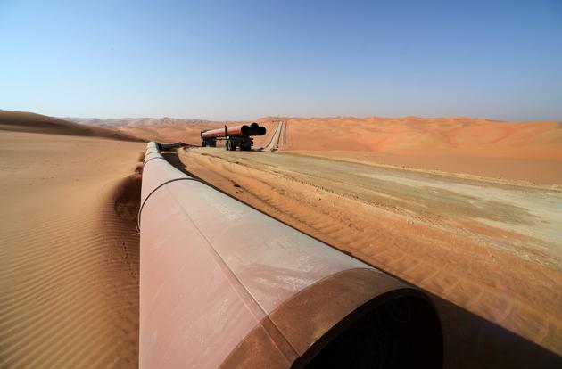 Tendido de un oleoducto entre el campo petrolero saudita de Shaybah y la terminal de Ras Tamura en el Golfo árabo-persa. Bajo arenas desérticas de la región del Golfo están los yacimientos de petróleo liviano más ricos del planeta. Foto: Aramco