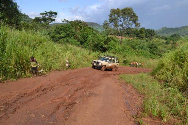 La carretera principal, en algunas partes del año intransitable, une la ciudad de Magwi con la ciudad de Lobone en la frontera de Sudán del Sur con Uganda. En África subsahariana, 40 por ciento de los alimentos básicos no llega de los campos a los mercados por las carencias en la infraestructura de transporte. Foto: Isaiah Esipisu / IPS