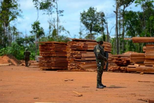 Militares confiscan madera extraída ilegalmente de Rondônia, un estado de la Amazonia de Brasil. El gobierno de Jair Bolsonaro entregó al ejército la misión de contener la deforestación en la región con la Operación Verde Brasil-2, bajo la jefatura del vicepresidente Hamilton Mourão, un general retirado y quien formó el Consejo de la Amazonia con 19 militares y sin civiles. Foto: Ejército de Brasil