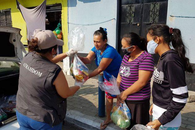 Desde el brote de covid, la Asociación de Trabajadoras del Hogar, a Domicilio y Maquila ha coordinado esfuerzos para brindar ayuda a las mujeres más afectadas por el impacto social y económico de la pandemia en Guatemala. Foto: ATRAHDOM