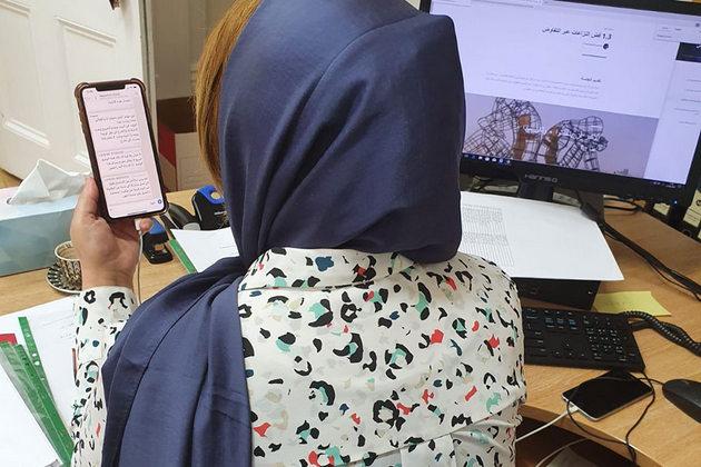 En Libia, los dispositivos móviles son fundamentales para ayudar a las mediadoras por la paz a seguir con su trabajo de llamado a un alto el fuego y de seguimiento de los casos de amenazas de violencia contra las mujeres. Foto: Red de Mujeres Libias por la Consolidación de la Paz