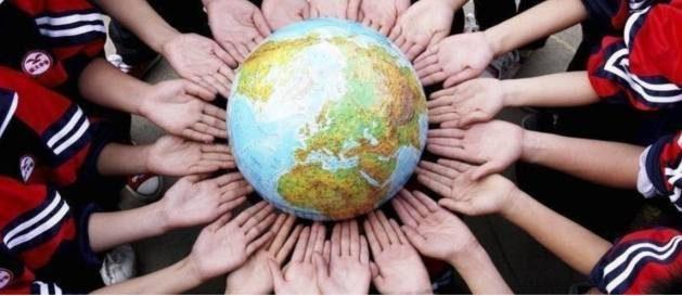 Globo terraqueo rodeada por varias manos, que refleja valores del contrato social