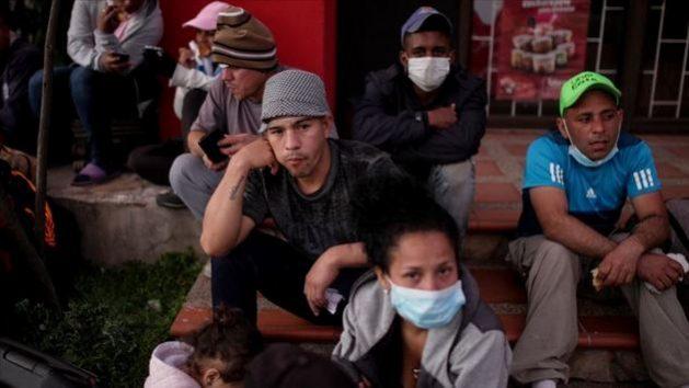 Migrantes venezolanos en Colombia a las puertas de un centro de atención en Bogotá, tras quedarse sin trabajo y sin recursos por la pandemia de covid. Foto: OIM
