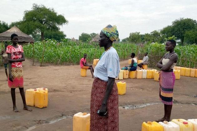 Mediadoras por la paz del asentamiento de Nyumazi, en Uganda, reciben artículos de higiene para ayudar a detener la propagación de la covid. Foto: Aidah Nanyonjo/ONU Mujeres