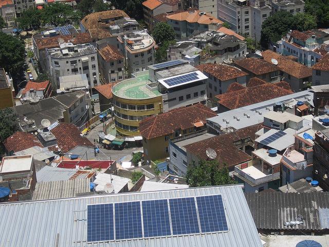 La instalación de paneles fotovoltaicos en barrios pobres de Brasil, como estos en el Morro de Santa Marta, en Río de Janeiro, que muchas veces responden a proyectos comunitarios y de generación distribuida. También contribuyen a reducir la factura de energía en esas poblaciones y a avanzar hacia una generación y consumo sostenible. Foto: Mario Osava/IPS