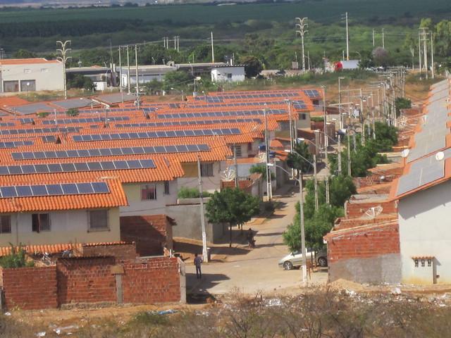 Conjunto de viviendas para mil familias en situación de pobreza, en Juazeiro, en el nororiental estado brasileño de Bahia, construido a principios de la década pasada con 9144 paneles fotovoltaicos incorporados, para generar electricidad para el autoconsumo y vender el excedente. En 2016 se suspendió el pago mensual de unos 18 dólares a cada residente, porque el proyecto no cumplía todas las exigencias para la generación distribuida. Foto: Mario Osava/IPS