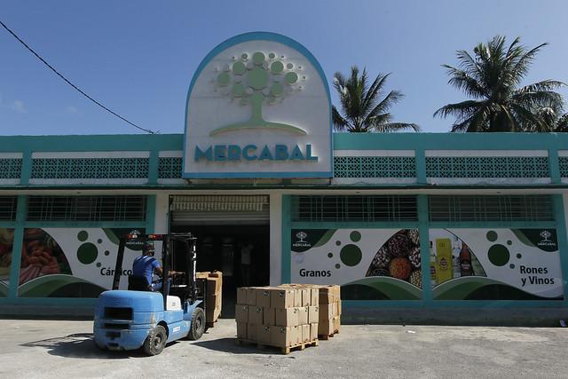 Exterior del mercado mayorista de alimentos Mercabal, abierto el 23 de julio en La Habana para la venta de productos en pesos cubanos a trabajadores privados, cooperativas no agropecuarias y otras formas de gestión no estatal en Cuba. Foto: Jorge Luis Baños /IPS