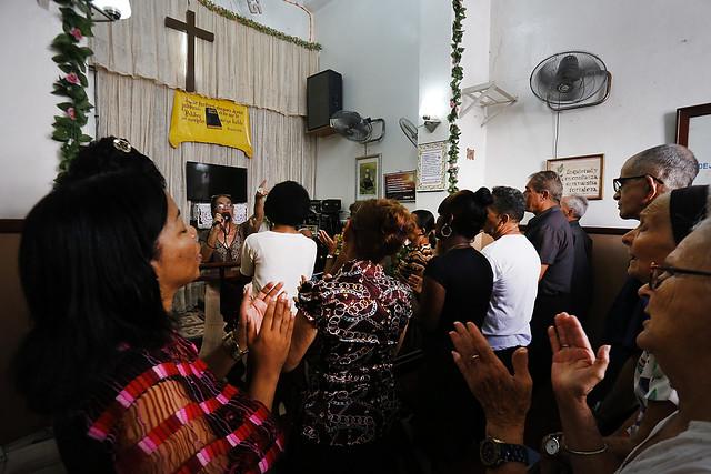 Devotos pertenecientes al movimiento nacional de las iglesias de dios en Cristo Jesús durante uno de sus cultos en un recinto en La Habana. Las llamadas iglesias cristianas, las de confesión evangélica, han adquirido notoriedad en Cuba en los últimos años. Foto: Jorge Luis Baños/IPS