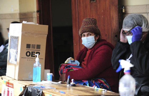 Devolver gobernabilidad de Bolivia comienza por la economía. Mesa electoral de las recientes elecciones presidenciales en Bolivia.