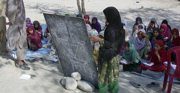 En algunos países hay una marcada disparidad entre los niños varones y hembras que pueden acceder a la enseñanza primaria, y la diferencia aumenta en la secundaria, con el riesgo de que la pandemia covid-19 acentúe esa brecha. Foto Unesco