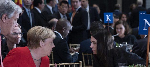 La canciller alemana Angela Merkel y la primera ministra neozelandesa Jacinda Ardern dialogan durante la asamblea de la ONU en 2019. Apenas 20 mujeres en el mundo son jefas de Estado o de Gobierno, una muestra del rezago en materia de equidad en el poder político. Foto: Kim Haughton/ONU