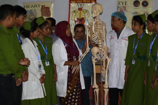 Estudiantes asisten a una clase de anatomía en el Instituto de Enfermería de Moimuna en el distrito de Thakurgaon, en el noroeste de Bangladesh. El primer grupo de alumnos y alumnas en este centro privado sin fines de lucro incluye a 20 estudiantes rurales de familias pobres, la mayoría chicas adolescentes rurales. Foto: Farid Ahmed / IPS