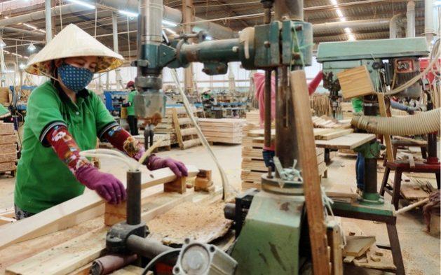 Empresa maderera en Vietnam, una de las micro, pequeñas y medianas empresas que generan empleo y mejoran la economía del sudeste de Asia.