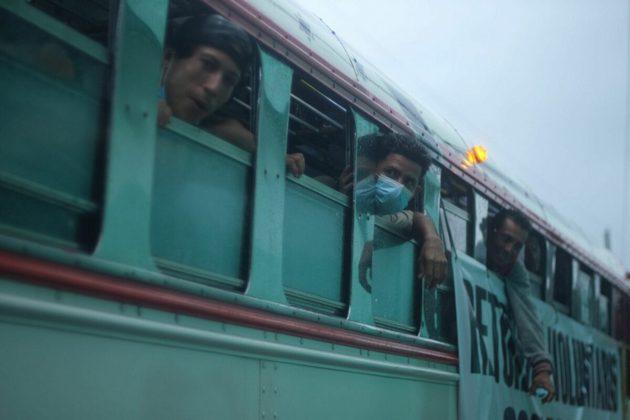 Decenas de Migrantes proveniente de Honduras, quienes ingresaron a Guatemala en caravana fueron bloqueados por militares y fuerza pública para evitar su paso hacia territorio mexicano. Foto: Isabel Mateos/ Cuartoscuro